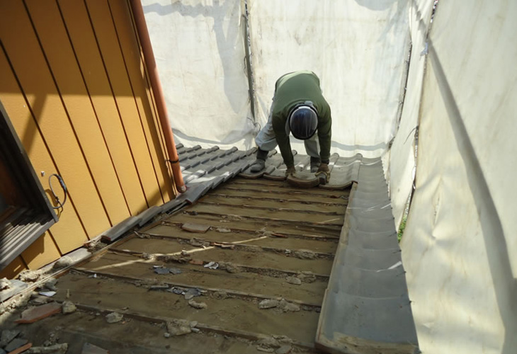 瓦やスレートなど手作業にて撤去