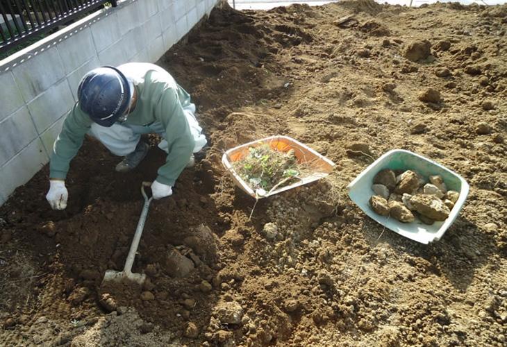 細かい根っこやガラなど、極力手作業で撤去します